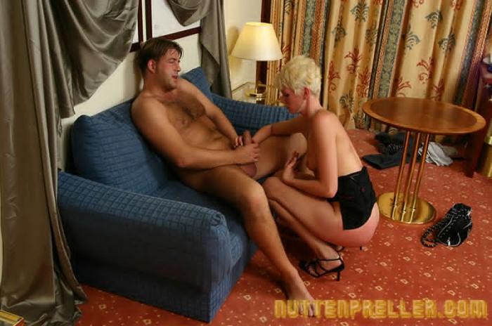 Blonde Nutte beim Blowjob