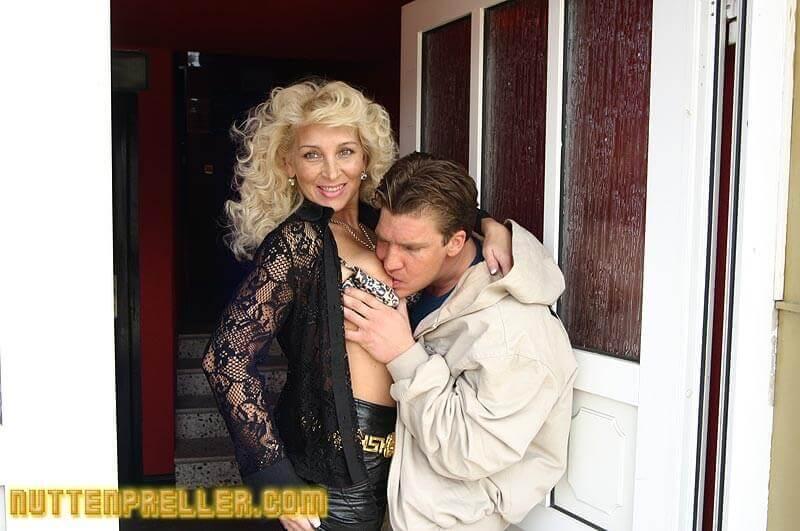 Scharfe blonde Teennutte für schnellen Sex